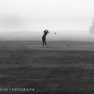 Golferin am Abschlag